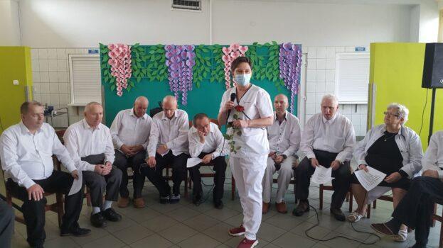 p. dr. Winczyk odbierająca podziękowania